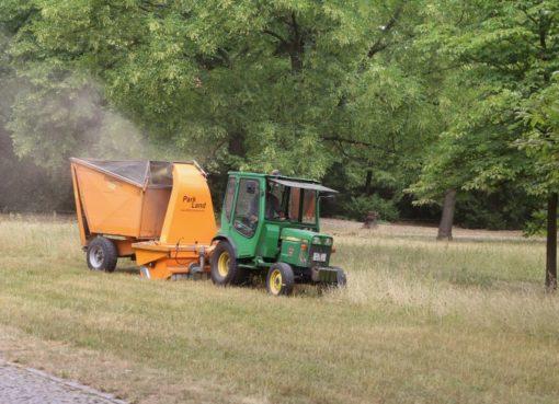 Traktor, Mähgerät und Aufnehmer im Einsatz