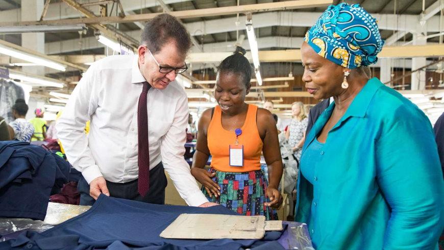 BM Gerd Müller in Textilfabrik in Accra